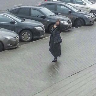 <p>MED HODET: Dette bildet viser kvinnen som angivelig drepte den 4 år gamle jenta hun var barnevakt for. Her er hun på gata hvor hun vifter med barnets avkappede hode.</p>