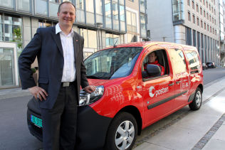 """<p>Samferdselsminister Ketil Solvik-Olsen smiler av at Posten kjøpte rundt <a class="""""""" href=""""http://www.vg.no/forbruker/bil-baat-og-motor/elbil/posten-gjoer-kjempekjoep-av-elbiler/a/23468734/"""">300 elbiler i fjor</a>.</p>"""
