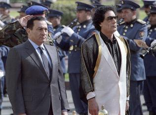 STYRTEDE: Egypts tidligere president Hosni Mubarak (t.v.) og Libyas tidligere leder Muammar Gaddafi fra et arrangement i 1991.