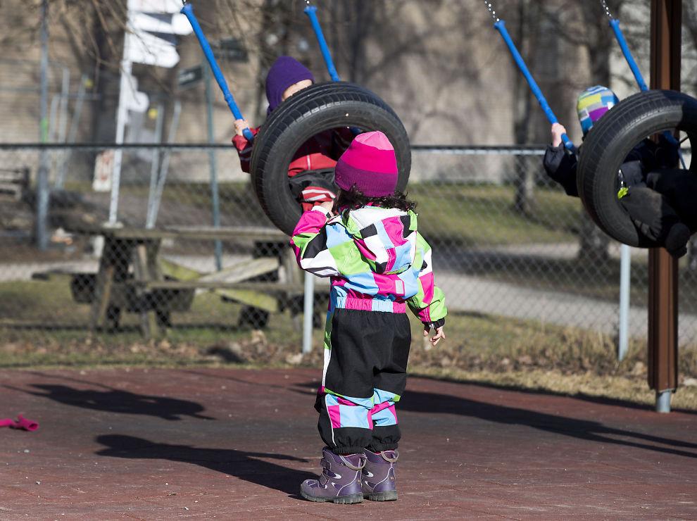 <p>GRATIS I FREMTIDEN? Barnehagebarn husker i vei og bruker utendørs-fasilitetene i en barnehage i Oslo. ILLUSTRASJONSFOTO</p>