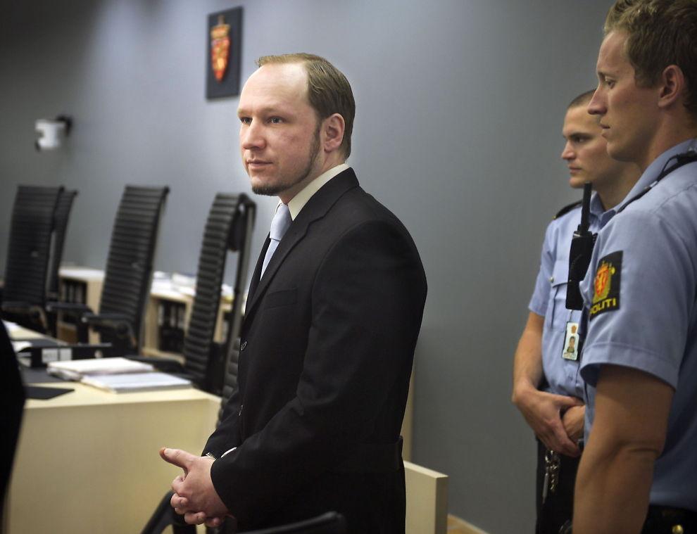 <p>SAKSØKER STATEN: Den terrordømte massedrapsmannen Anders Behring Breivik (36) mener soningsforholdene bryter med bestemmelsene i Den europeiske menneskerettighetskonvensjonen (EMK). Her er han avbildet under rettssaken i 2012.</p>