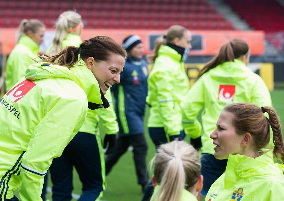 <p>NABODUELL: Svenske Lotta Schelin (t.v.) sammen med resten av kvinnelandslaget i fotball under trening på Woudestein stadion i Rotterdam, tirsdag.</p>