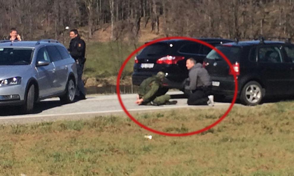 <p/> <p>PÅGREPET: Her har politiet stanset bilen som 19-åringen stakk av med og pågrepet ham. I etterkant har det blitt klart av 19-åringen hadde drept kameraten. Politiet mener han hadde planer om å drepe flere medelever.</p>