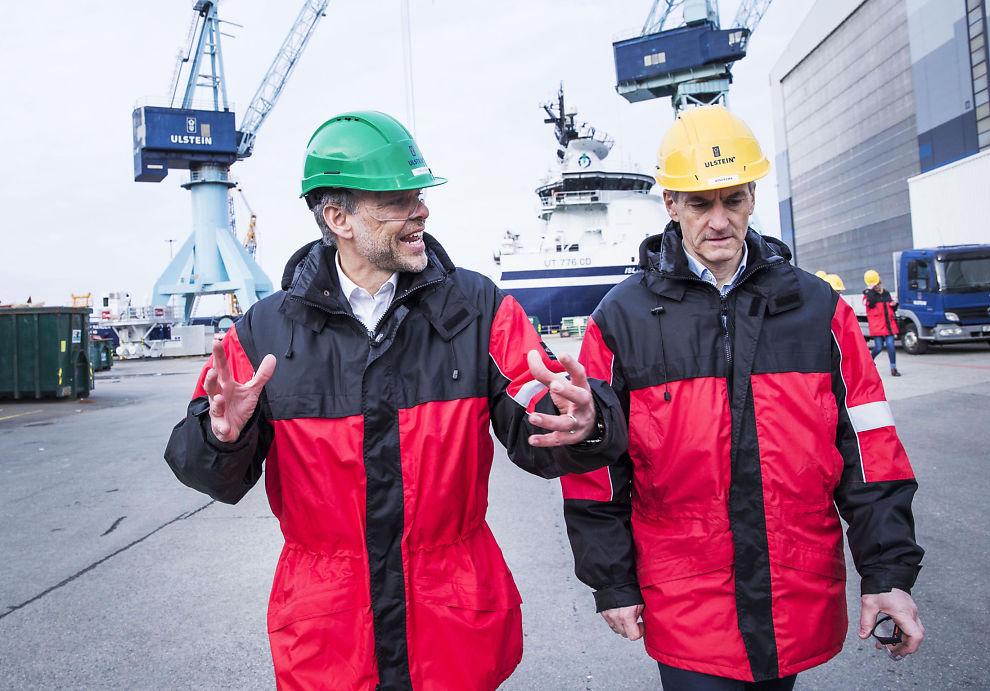 <p>I KRISELAND: NHO-president Tore Ulstein viste Ap-leder Jonas Gahr Støre rundt på Ulstein Verft i Ulsteinvik i går. Han utfordrer han Støre om skatt.</p>
