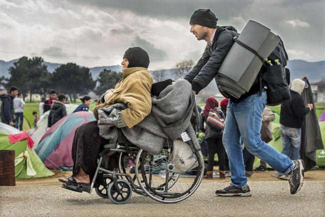 <p>FAMILIEFLUKTEN: Dette er et stadig vanligere syn på veien mot Europa, ifølge hjelpeorganisasjonene. Med hele familier på flukt, går andelen menn blant flyktningene og migrantene ned. Denne familien er på vei inn i dager i usikkerhet i Idomeni-leiren nord i Hellas.<br/></p>