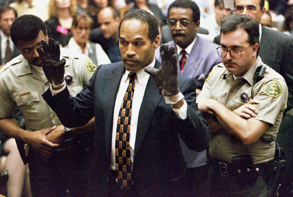 <p>HANSKEBEVIS: Bilde fra rettsaken i 1995 der O.J. Simpson holder opp hendene og viser juryen hanskene aktor mente han brukte under drapet av ekskonen og hennes venn.</p>