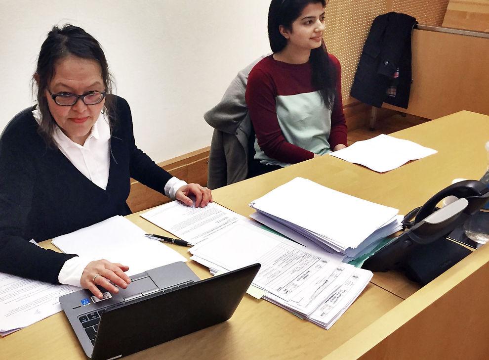 <p>ALVORLIG: Jentene har ikke tort å anmelde sakene fordi de er redd for å bli stemplet og utstøtt, sier politiadvokat Rita Parnas (til venstre). Bistandsadvokat Iram Ali sier at hennes klient har det tøft.</p>