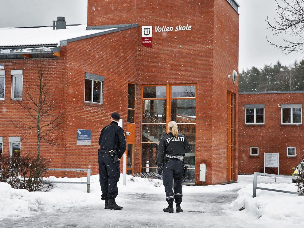 <p>TRUET SKOLEN: Væpnet politi rykket ut til Vollen ungdomskole i Asker fredag da trusler ble fremsatt via Jodel. En person er siktet.</p>