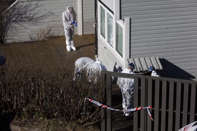<p>PÅ ÅSTEDET: Krimteknikere var lørdag formiddag ved Mohammadis bolig på Hånes i Kristiansand. Her er de utenfor inngangen i første etasje, hvor 63-åringen ble funnet drept.</p>
