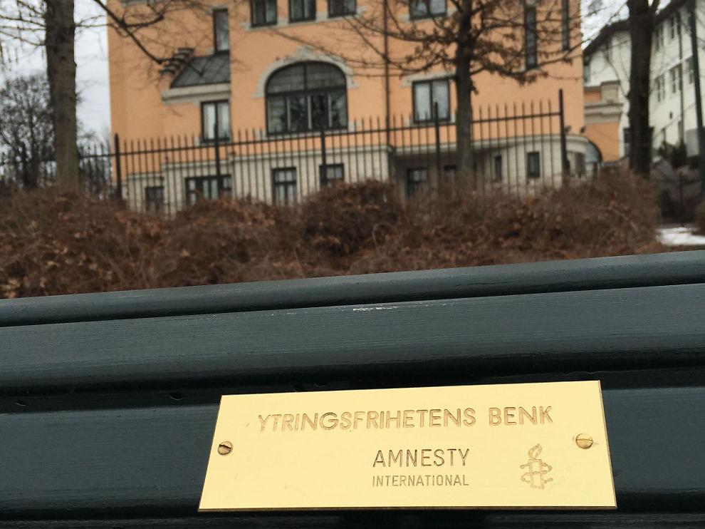 <p>OMDISKUTERT: Den grønne benken foran Saudi-Arabias ambassade har en omdiskutert ytring på plaketten.</p>
