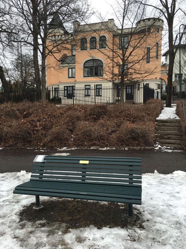 <p>MARKERING: På lappen til høyre på benken står det «Free Raif. Freedom. Love. Life.»</p>