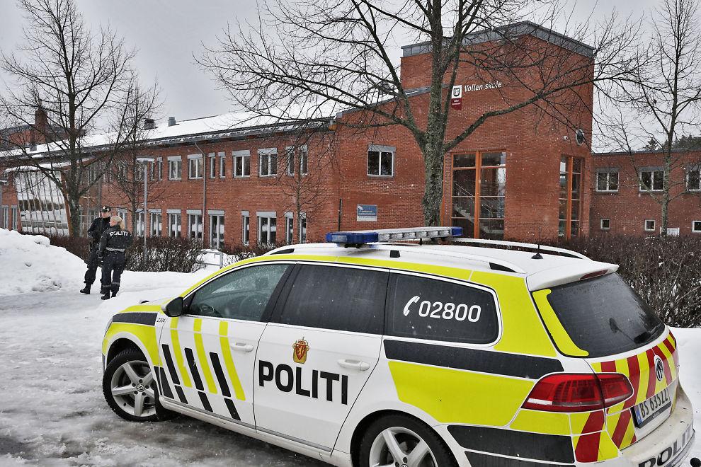 <p>SKOLETRUSSEL VIA APP: Væpnet politi rykket ut til Vollen ungdomskole i Asker fredag etter at en trussel ble fremsatt mot skolen. Enheten som sendte trusselmeldingen var koblet til skolens nettverk.</p>