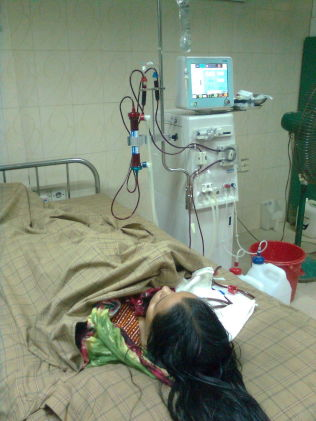 <p>DIALYSE: Aysha lå på sykehjem i Dhaka på slutten av sitt liv, og Arifur betalte for dialysebehandling. Foto: PRIVAT<br/></p>