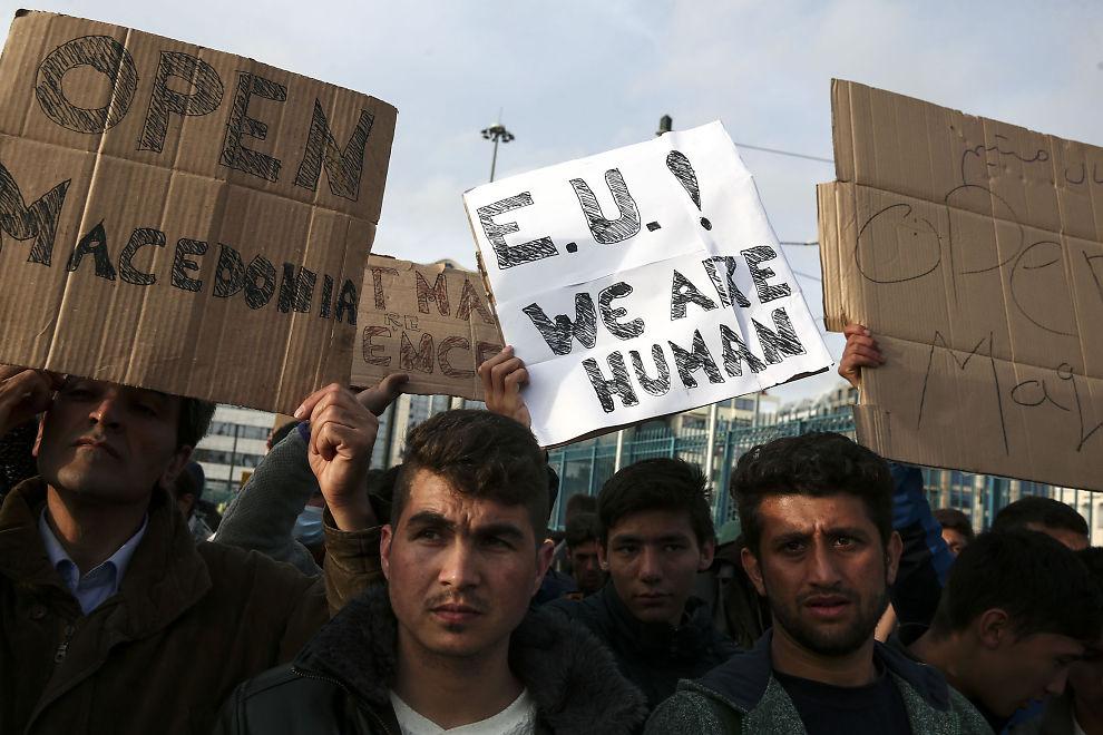 <p>DEMONSTRERER: Flere flyktninger holder opp plakater med beskjer til EU i forkant av toppmøte mandag.</p>