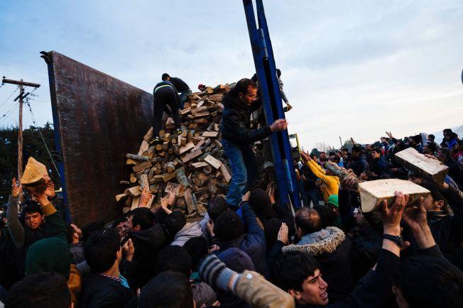 <p/> <p>KAOS: Flere hundre mennesker strømmet til da lokale myndigheter delte ut vedkubber til flyktningene på den gresk-makedonske grensen søndag.<br/></p>