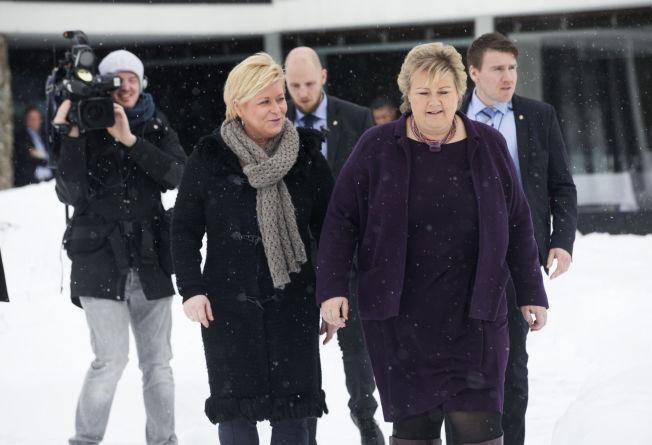 <p>LOVER SKATTEKUTT: Finansminister Siv Jensen og statsminister Erna Solberg ankom regjeringens budsjettkonferanse på Hurdalsjøen hotell mandag morgen. Foto: Terje Bendiksby / NTB scanpix</p>