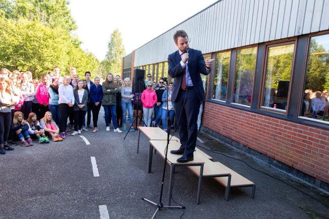 <p>FORSVARER FRAVÆRSREGLER: Kunnskapsminister Torbjørn Røe Isaksen under et besøk på Stridsklev Ungdomsskole i Porsgrunn.</p>