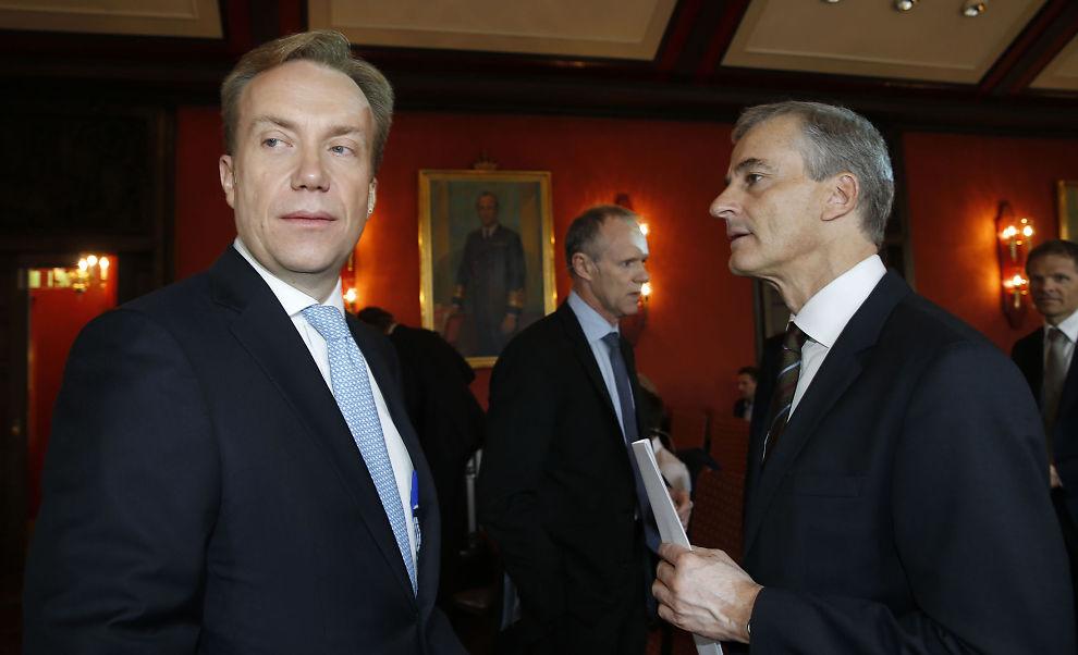 <p>NÅVÆRENDE OG TIDLIGERE: Tidligere utenriksminister, nå Ap-leder, Jonas Gahr Støre og nåværende utenriksminister Børge Brende (H), her under et møte hos Rederiforbundet om flyktningkrisen i april i fjor.</p>