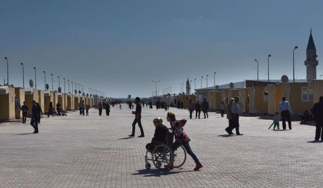 <p>SOM EN BY: Elbeyli flyktningleir utenfor Kilis i Tyrkia ligger like ved grensen til Syria. I det som er blitt en containerby bor 24.000 flyktninger.</p>
