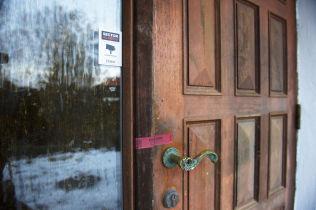 <p>SPERRET AV: Politiet har iverksatt full etterforskningen etter at en søster fant moren og broren sin døde i denne boligen i Bergen tirsdag.</p>