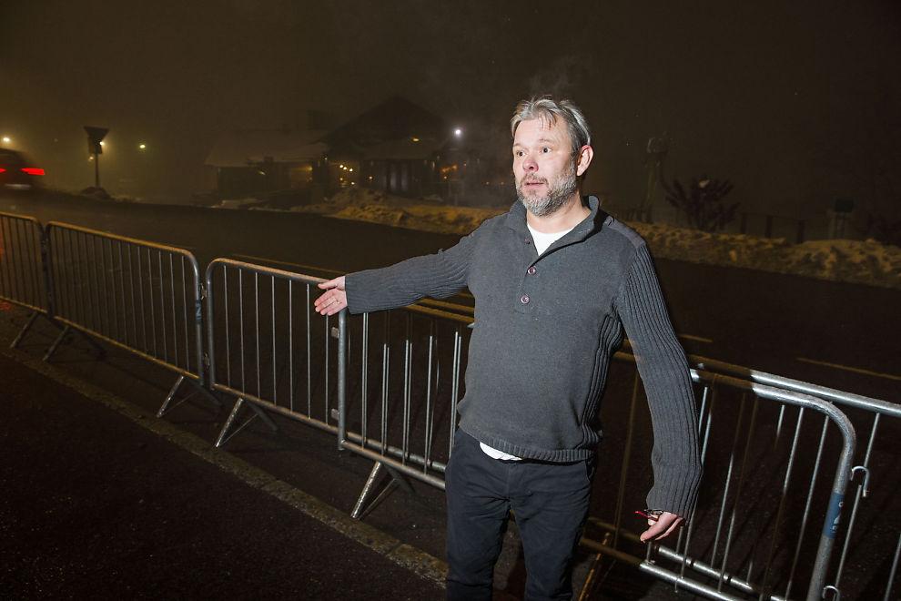 <p>FORTAUET SPERRES INN: Daglig leder av Holmenkollen Restaurant, Anders Mattias Ellburg, mener folk blir hindret i krysse veien for å besøke restauranten under VM i skiskyting.</p>