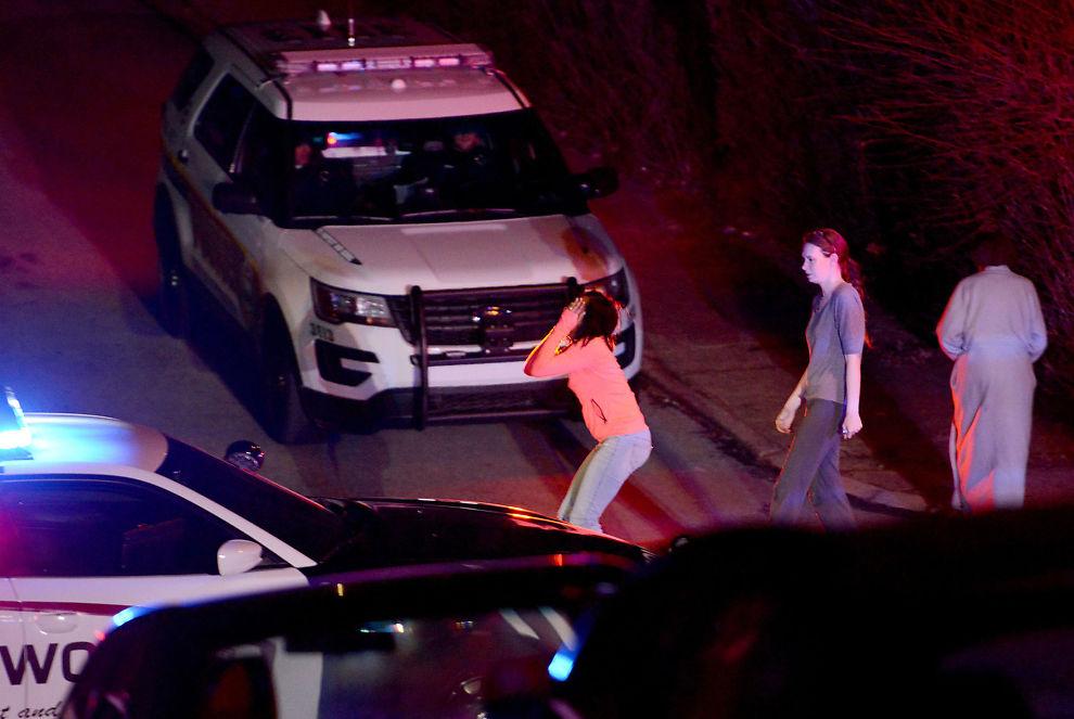 <p>I SORG: En kvinne får en reaksjon på åstedet hvor fem personer ble drept i Wilkinsburg.<br/></p>