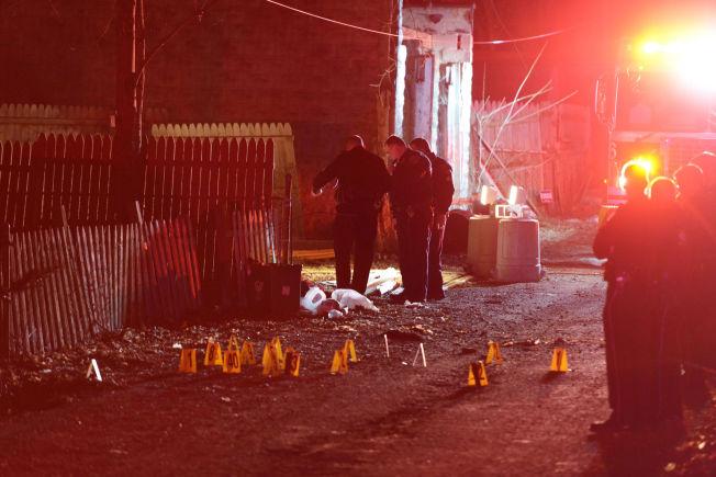 <p>ETTERFORSKER: Politiet undersøker området der fem personer ble skutt og drept og tre andre ble skadet.</p>