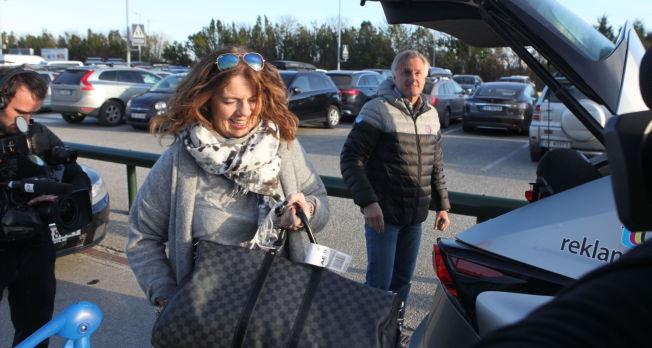 MAMMA MED PÅ LASSET: Berit Riise og John Arne Riise ble hentet av AaFK-direktør Henrik Hoff (i bakgrunnen).
