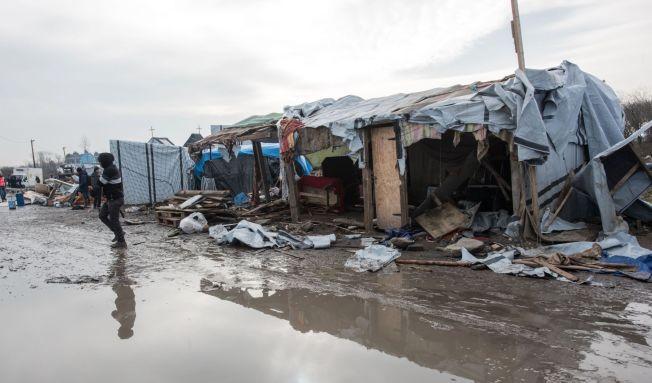 <p>TRISTE OMGIVELSER: Migranter og flyktninger i «Jungelen» i Calais bor kommerlig og sårbart omringet av piggtrådgjerder. Et par kilometer unna ligger sentrum.</p>