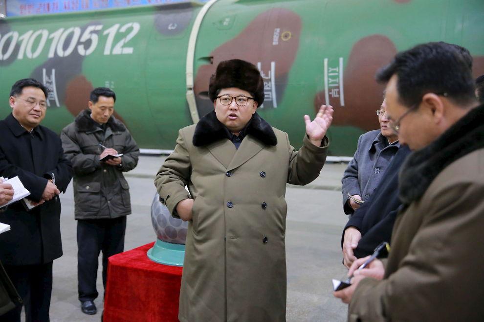 <p>INSPISERER: Dette bildet skal være tatt under Kim Jong-uns besøk hos landets atomteknikere.</p>