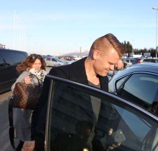<p>John Arne Riise landet i Ålesund torsdag. Han kom sammen med mamma Berit Riise og ble hentet på flyplassen av Aalesunds Henrik Hoff.</p>