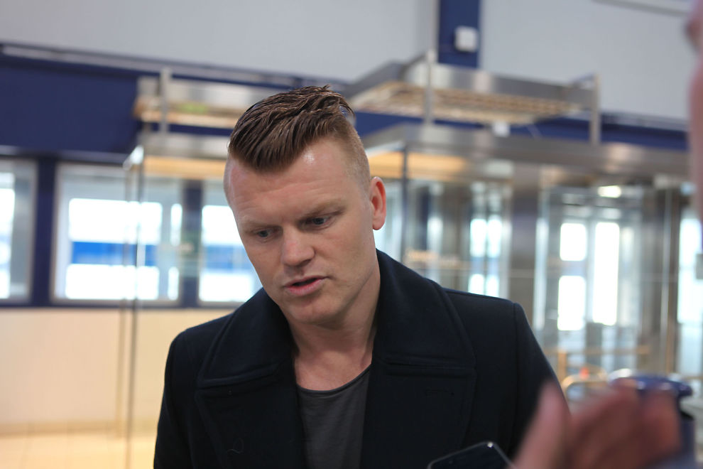 NÆRMERE TIPPELIGAEN: John Arne Riise landet i Ålesund i går. Han kom sammen med mamma Berit Riise og ble hentet på flyplassen av Aalesunds Henrik Hoff.