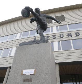 <p>FOTBALLSPILLEREN: Statuen utenfor Color Line stadion har fått «nytt navn».</p> <p></p>