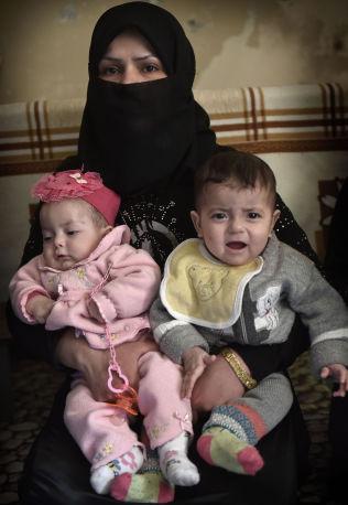 <p>TVILLINGER PÅ FLUKT: Fidda (26) er på flukt alene med tvillingene Noor og Muhamed (ni mnd). Mannen hennes er savnet i Aleppo.</p>