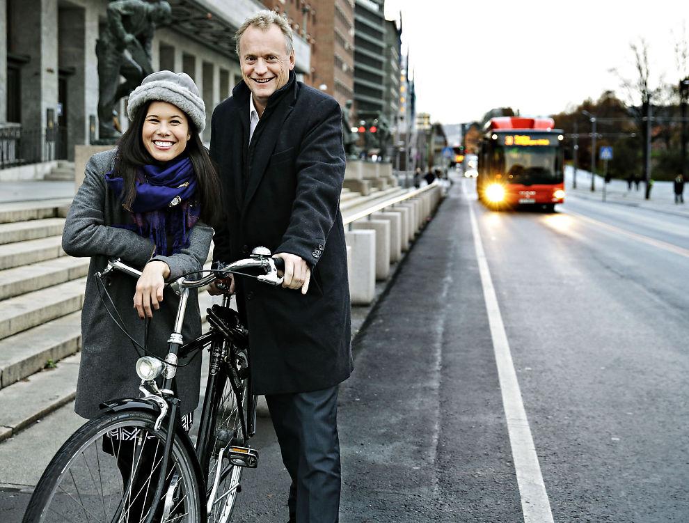 <p>BILFRITT: Byrådsleder i Oslo Raymond Johansen og miljøbyråd Lan Marie Nguyen Berg vil ha flere Oslo-folk over på sykkel, men gir ikke fra seg kontrollen over parkeringsplassene i rådhuset.</p>