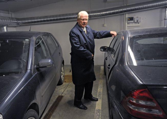 <p>P-BRÅK: Gruppeleder for Frp i Oslo Carl I. Hagen mener byrådet bør gi fra seg parkeringsplassene her i garasjen i rådhuset. FOTO: HELGE MIKALSEN</p>