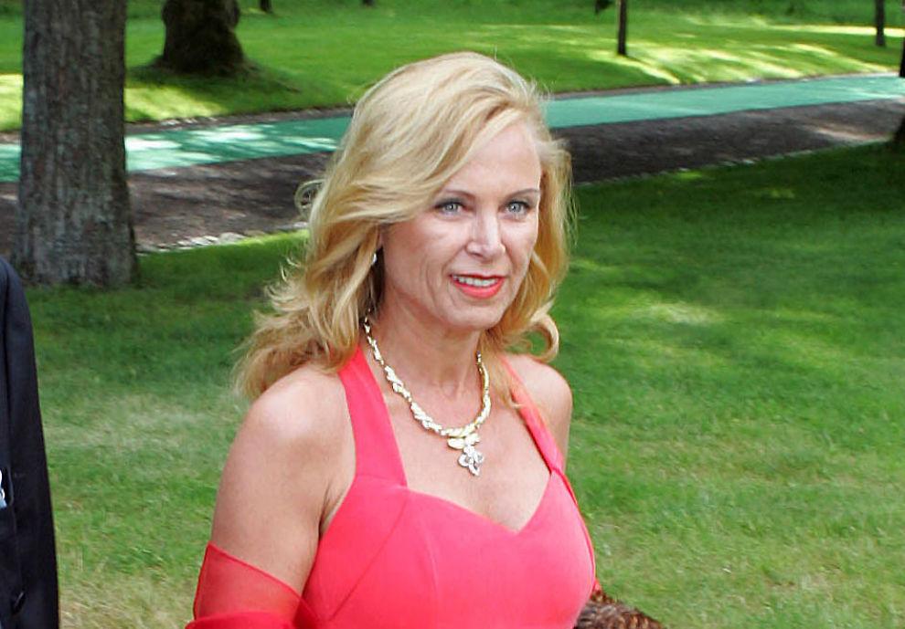 <p>DØD: Kari Monsen Røkke ble 59 år gammel. Her fra bryllupet mellom Mille-Marie Treschow og Stein Erik Hagen på Fritzøehus i Larvik i 2004.</p>