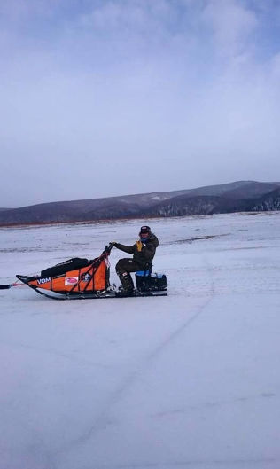 <p>Robert Sørli fotografert av sine hjelpere på Yukon-elven før dramatikken ved Nulato.</p>