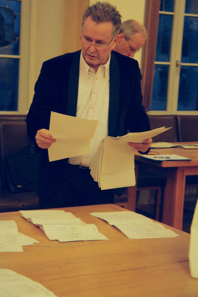<p>SANNHETENS ØYEBLIKK: VG var til stede da stemmene ble telt opp i Bitterfeld av blant annet Rolf Hülsser. Bunken til høyrepopulistene i AfD ble etter hvert stor.<br/></p>