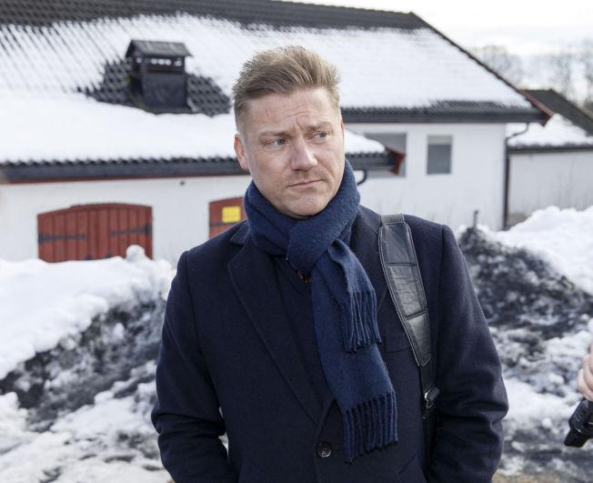 <p>ADVOKAT: Marius Emberland fra regjeringsadvokaten på tur ut fra Ila fengsel mandag.</p>