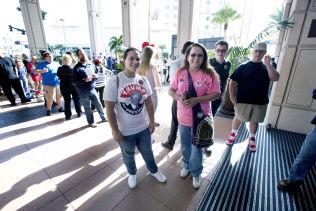<p>VIL HA TRUMP SOM PRESIDENT: Arionna Shank (19) og Penny Nasworthy (53) stod fremst i køen inn til Donald Trumps valgmøte i Tampa mandag.</p>