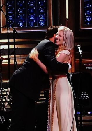 <p>KOS: Jimmy Fallon ville gjerne ha en klem av Aurora Aksnes, og det ordnet seg. Foto: PETROLEUM</p>