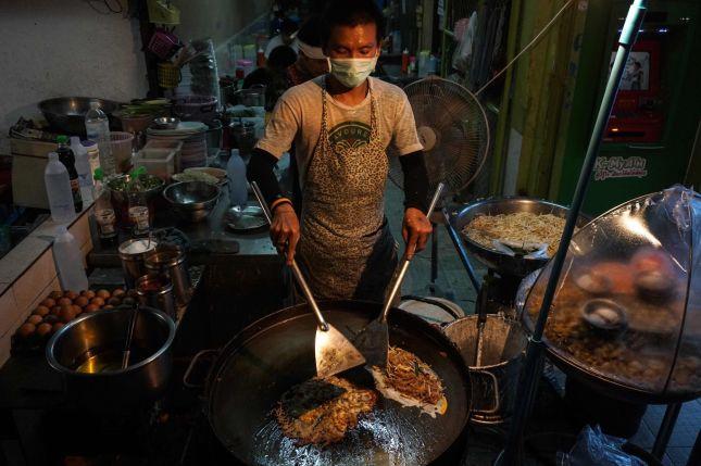 KJENT SYN: Gatemat tilberedes i Phrakanong-distriktet i Bangkok. Foto: Lillian Suwanrumpha/AFP
