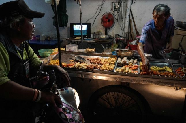 YRENDE LIV: I Phrakanong-distriktet i Bangkok. Foto: Lillian Suwanrumpha/AFP