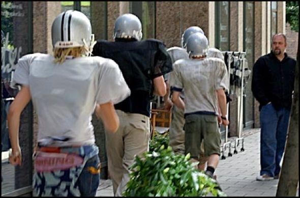 Ved 13:45-tiden i formiddag gikk en gruppe på  6-7 ungdommer ikledd amerikansk fotballutstyr inn i en hamp-butikk.
