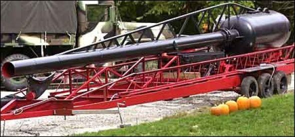 Jim Bristoes oppfinnelse består av et  langt løp på 30 fot og en lufttank som rommer 3185  liter, melder Ananova.