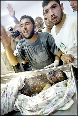 I går angrep Israel nye menneskelige mål i Gaza by. Men samtidig som israelerne drepte Hamas-lederen Yasser Taha, ble også hans kone og datteren Asnan (3) drept. Hun levde da hun ble hentet ut av bilen de satt i, men døde på Shifa-sykehuset i Gaza, opplyser sykehuskilder.