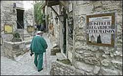 Jo da, i steinbyen Les Baux de Provence har man klart den vanskelige balansegangen. Det kan komme av god planlegging.