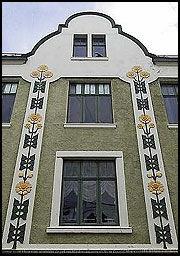 - Mange europeiske byer har innslag av jugendarkitektur. Det unike med Ålesund er at byen har den største sammenhengende jugendarkitekturen. Det nære samspillet med fjord, hav og fjell gir byen et helt enestående særpreg, mener kunsthistoriker David Aasen Sandved ved Jugendstilsenteret.