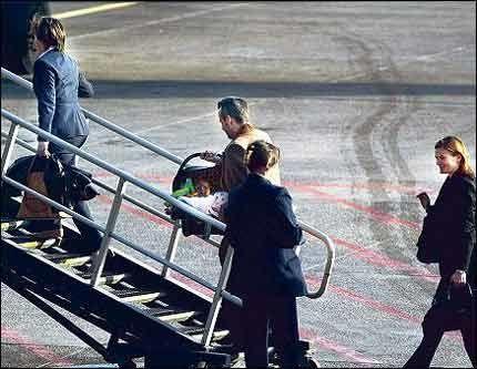 - Er dere her og? smilte en humørfylt kong Harald da han traff på VGs reportasjeteam på Leonardo da Vinci-flyplassen utenfor Roma, ved 19-tiden i går kveld.